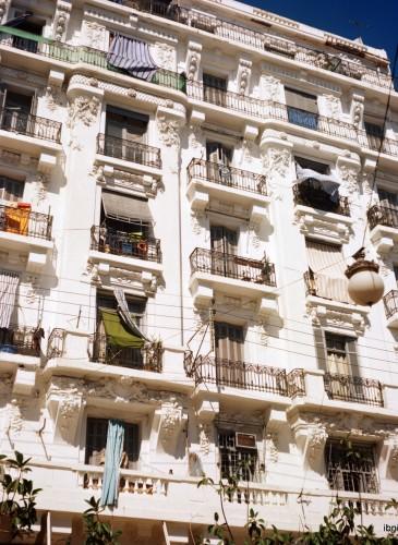 Bâtisses coloniales, avec leurs magnifiques balcons aérés