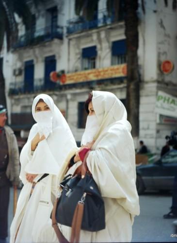 Deux femmes en haïk blancs, la tenue traditionnelle des algéroises