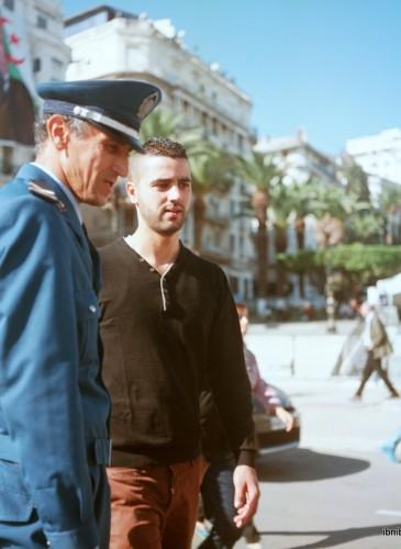 Un policier dans les rues d'Alger