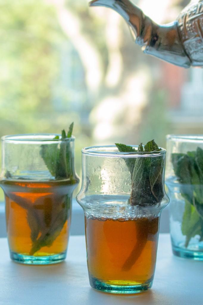 Thé à la menthe marocain ©Nargisse Benkabbou Selon le pays, l'art du thé s'apprécie autrement... C'est un moyen de se réunir pour un instant convivial ou agrémenter un instant de réflexion