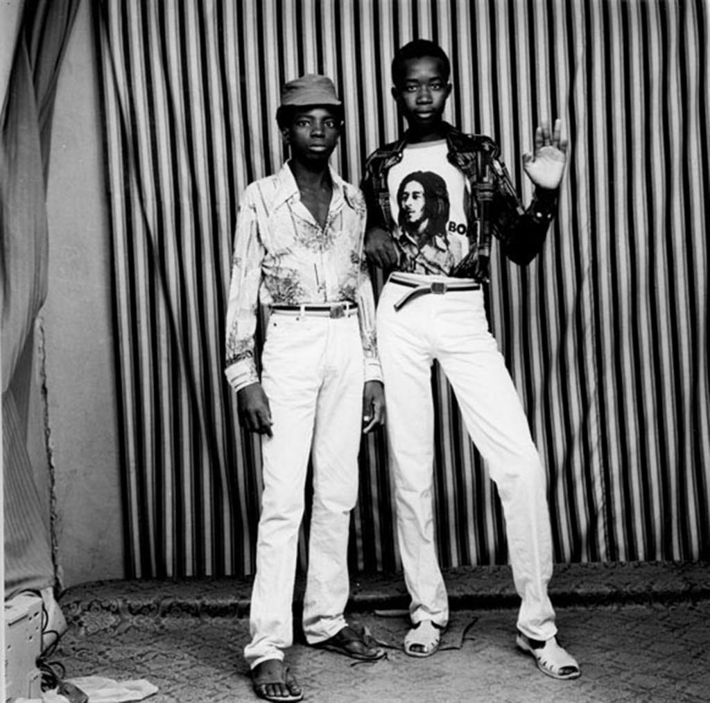 Les deux camarades, juin 1984 Signé, daté et titré sur l'avers en bas Photographie noir et blanc Tirage de 2008 120 x 120 cm