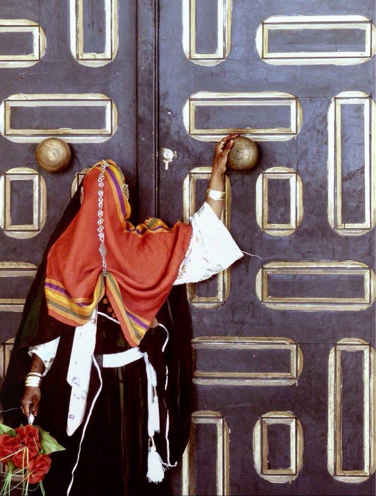 Jeune mariée posant devant une zaouia - Temacine
