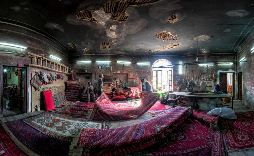 Magasin de réparation de tapis traditionnels près de l'entrée de la mosquée Vakil. La plupart des tapis sont fabriqués à la main © Mohammad Reza