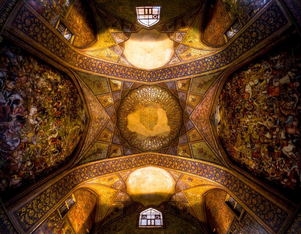 Palais Sotoun ( Palais des 40 colonnes), située à Isfahan, Iran. Photo du plafond du hall principal. © Mohammad Reza