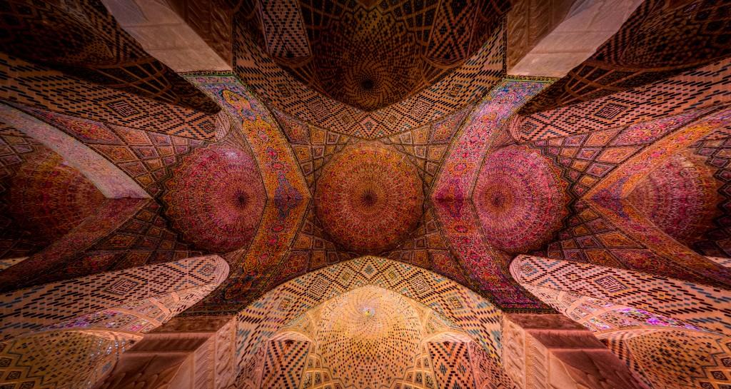 Plafond de la mosquée rose Nasirl al-mulk situé à Shiraz en Iran. © Mohammad Reza